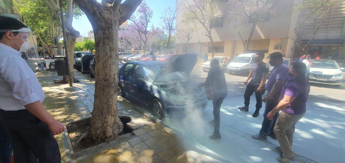 Incendio de auto en pleno Centro