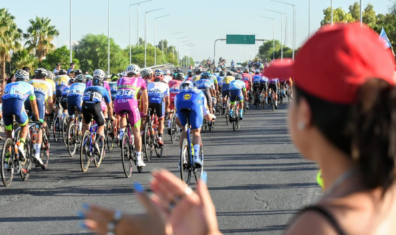 Una multitud despidió a la Vuelta en la Circunvalación.