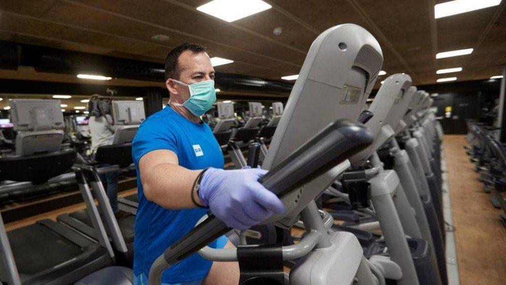 Hacer 150 minutos de ejercicios físicos semanales disminuye el riesgo de morir por covid