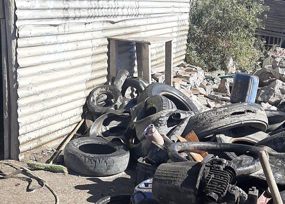 Incendio en una vivienda y una gomería: una mujer quedó internada