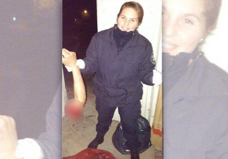 Escándalo por una policía que se sacó una foto con el brazo de una persona accidentada