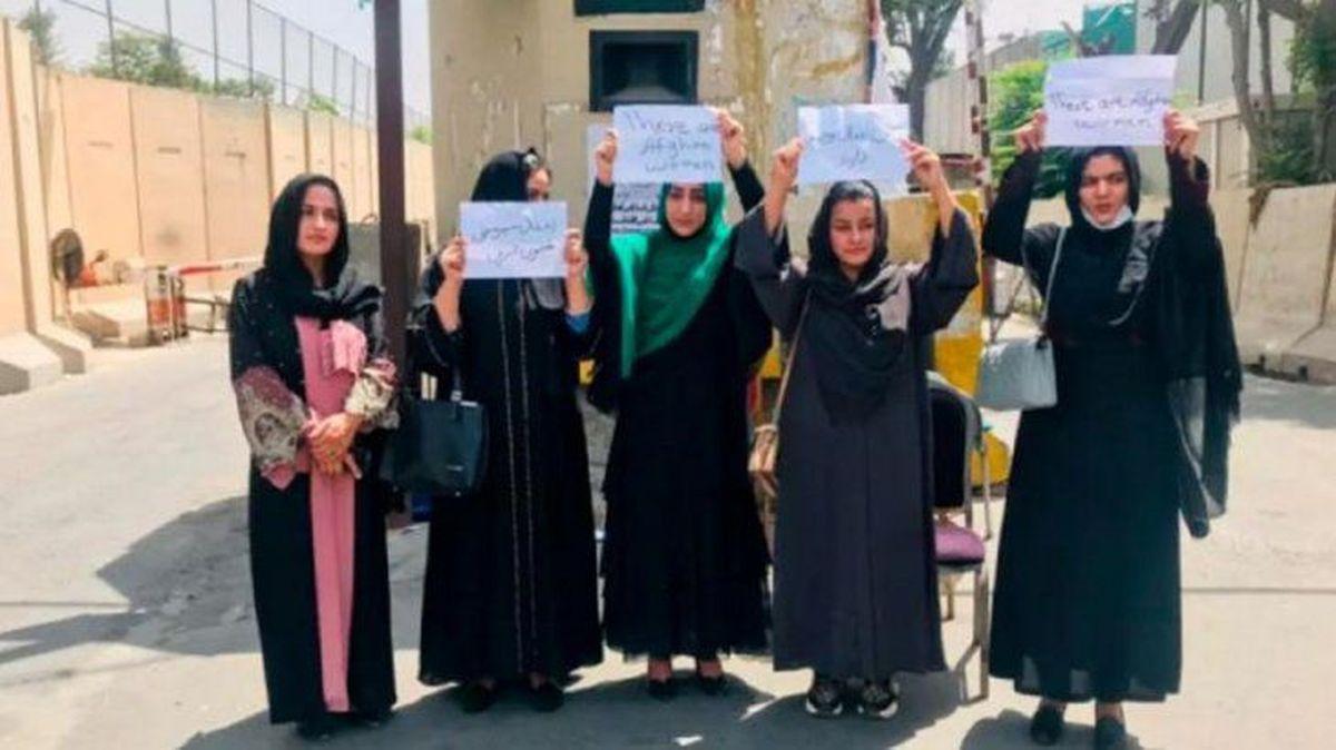 Mujeres salieron a protestar tras la toma de poder de los talibanes