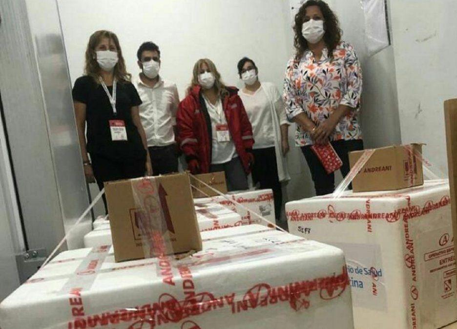 El personal del Salud constatando que el lote se encuentre en buenas condiciones.