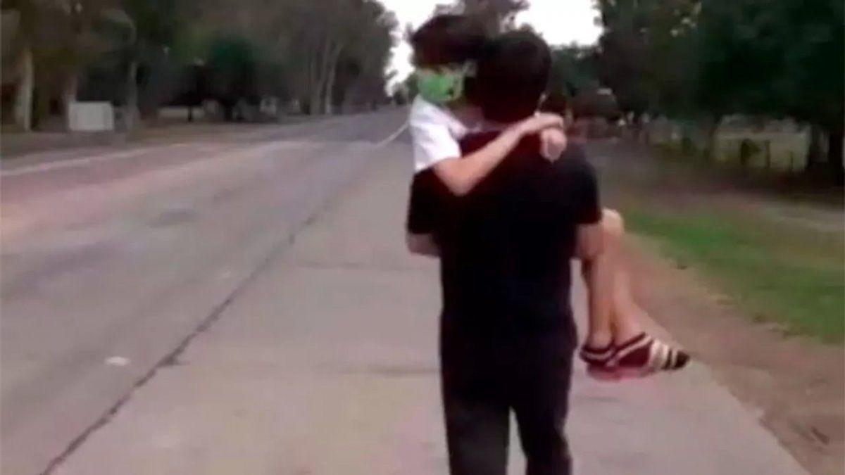 Abigail junto con su papá luego de que le negaron el ingreso a Santiago del Estero.