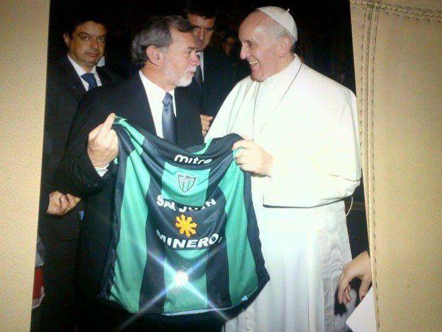 El Papa recibió la camiseta de San Martín que le entregó Miadosqui