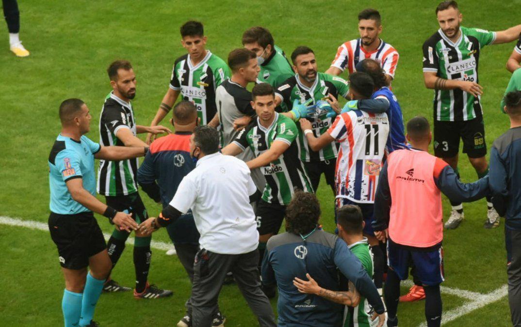 Con uno menos, Peñarol empató ante Villa Mitre en un partido caliente