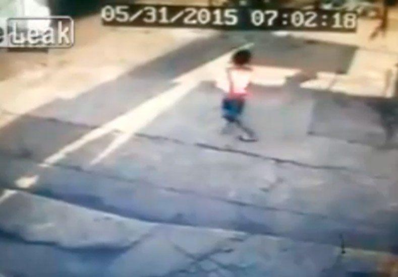 Niño fue atropellado por un auto y se levantó como si nada
