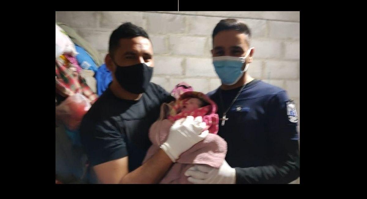 Policías parteros: ayudaron a dar a luz a una mujer en Los Berros