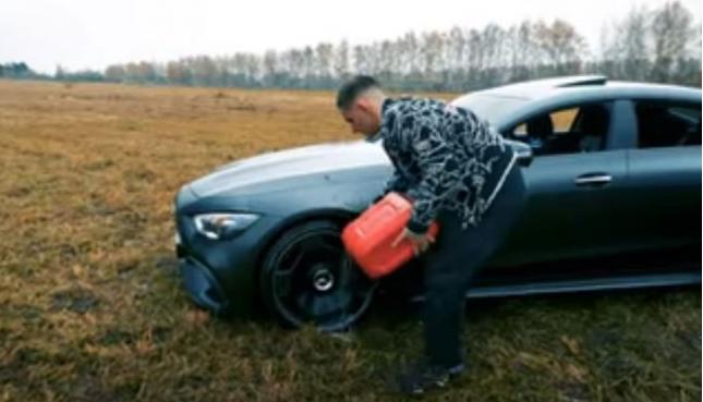 Un influencer prendió fuego su auto de lujo