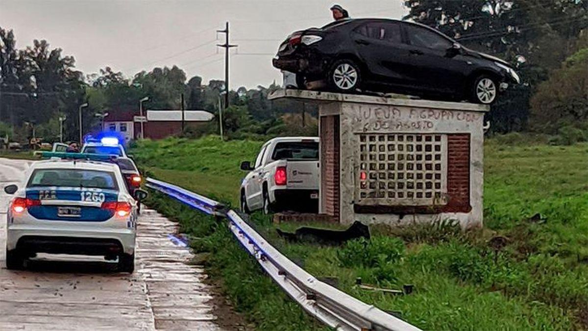 El auto volador: chocó y terminó arriba de una garita