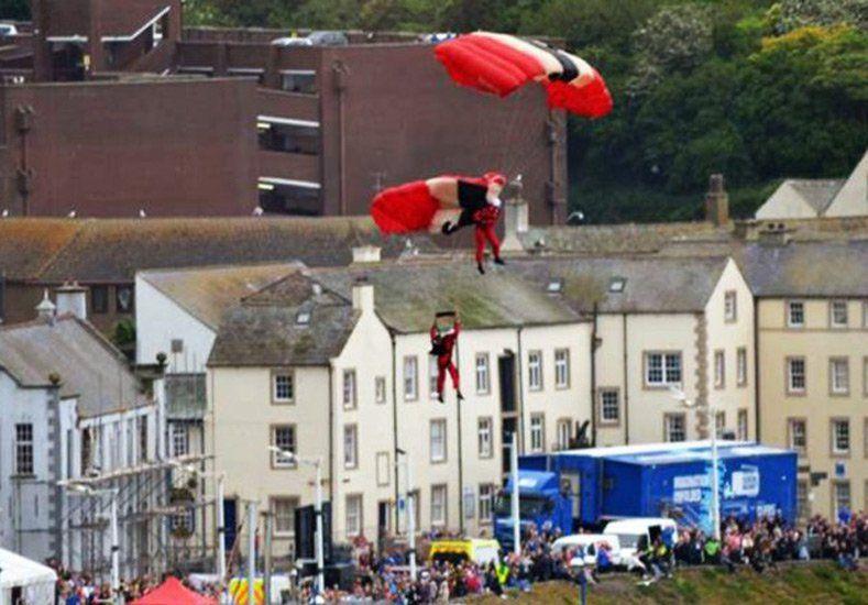 Su paracaídas no funcionó y lo rescató su compañero