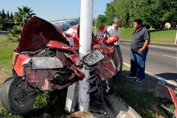 Mendoza: un periodista se estrelló con su auto y se salvó de milagro