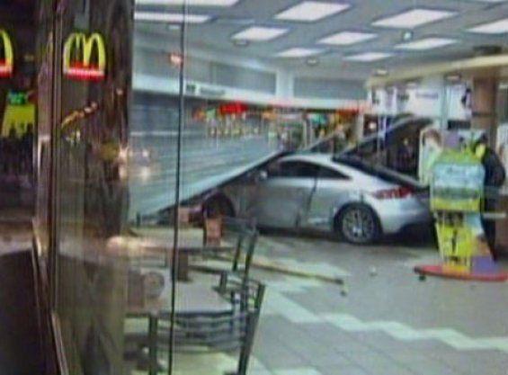 Un futbolista se incrustó contra un local de McDonalds en pleno centro
