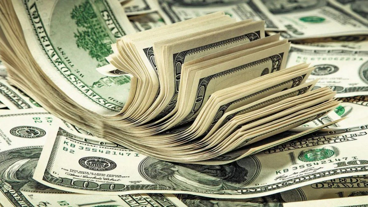 El dólar oficial cerró a $97
