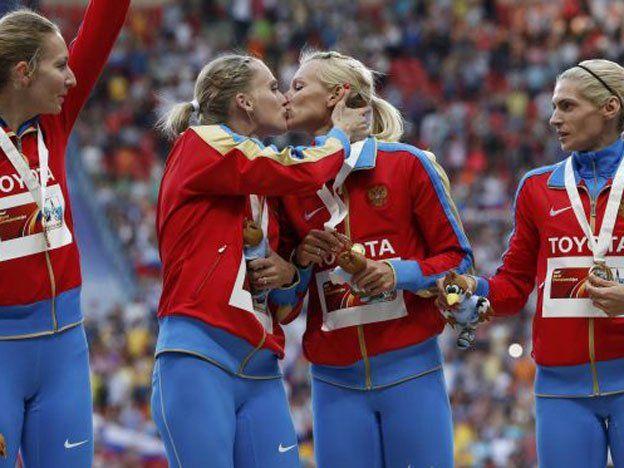 Atletas rusas y un polémico beso en el podio apoyando a la comunidad gay