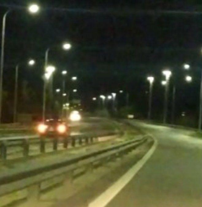 El hombre mientras manejaba en contramano fue filmado por otro conductor.