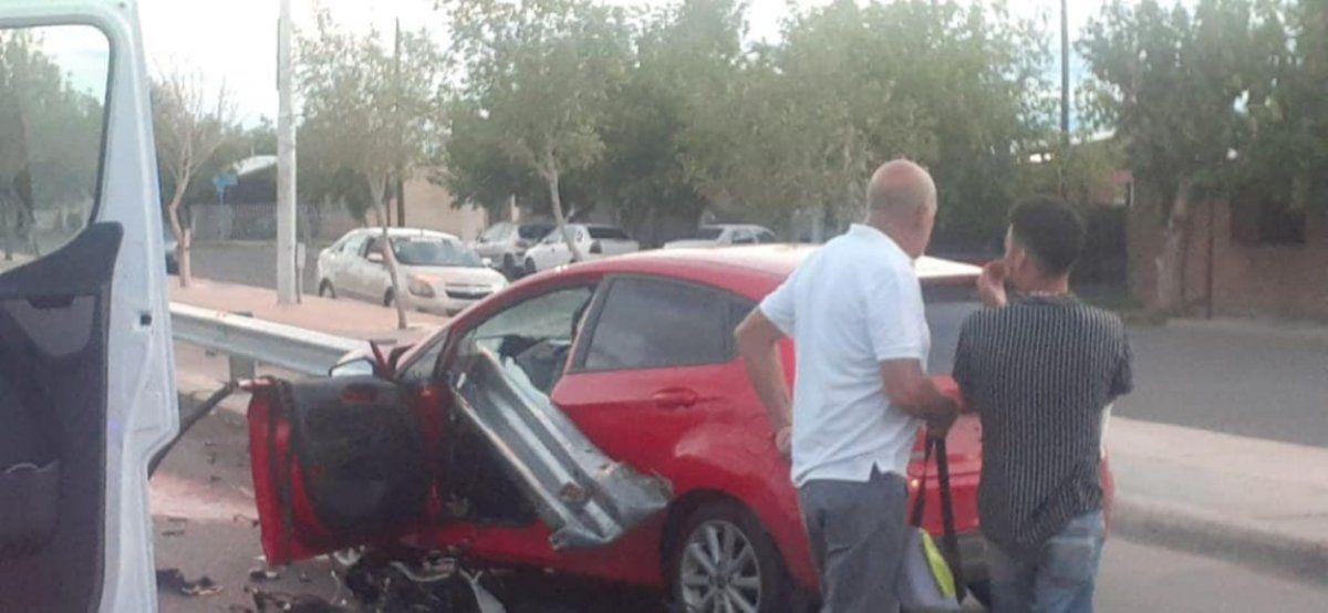 Accidente en Conector Sur. El guardarrail atravesó el auto: gentileza Radio del Sur.
