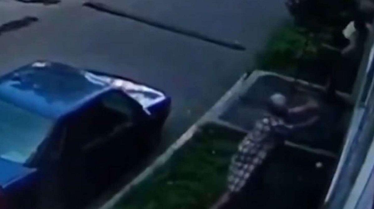 Una mujer atrapó a un bebé que caía por la ventana de un edificio
