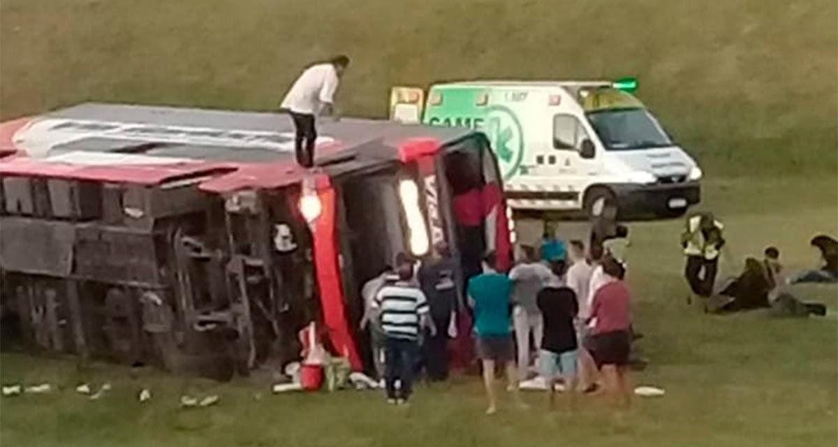 El vuelco de un micro dejó dos muertos y al menos 13 heridos