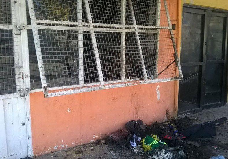 Ardió un local de ropa en Rawson y hubo pérdidas totales