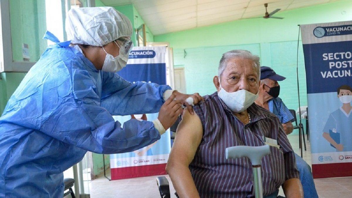 Reprogramarán los turnos de vacunación a mayores de 80 años