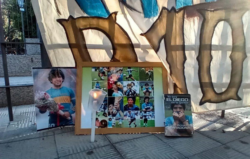 Fanáticos de Maradona improvisaron un santuario en Plaza 25 de Mayo