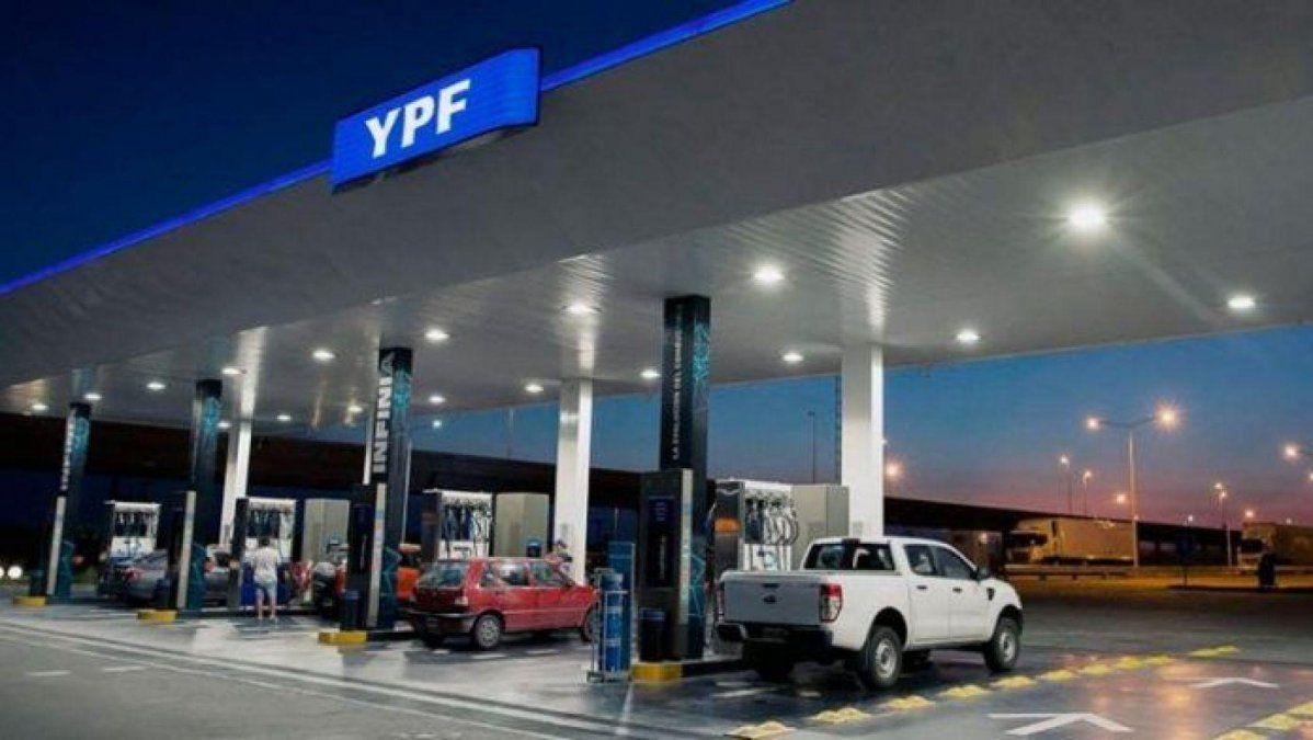 YPF lanza descuentos para docentes en la carga de combustibles