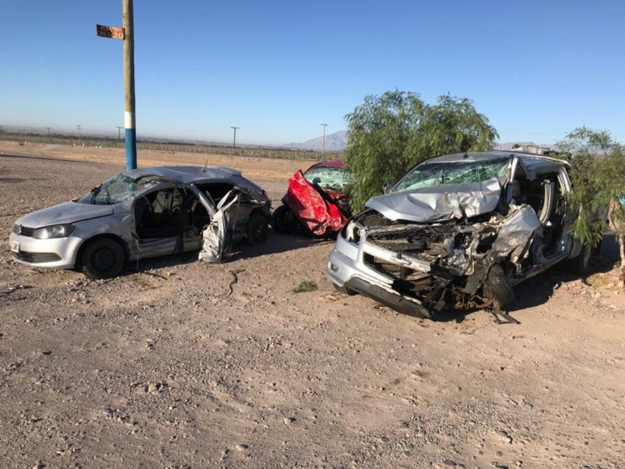Uno de los autos quiso pasar a una camioneta y chocó con otra de frente