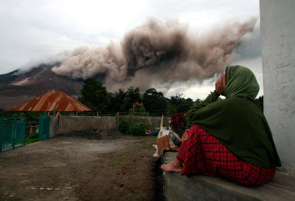Más de 10,000 evacuados por volcán en Indonesia