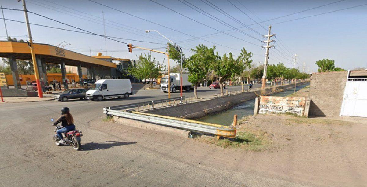 Chocaron una moto y una ambulancia: el motociclista cayó al canal