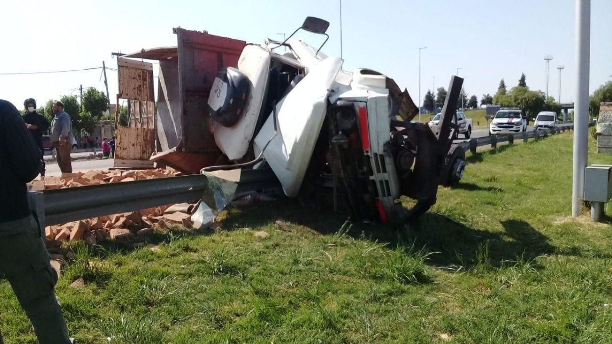 Un camión cargado de ladrillos volcó y sus ocupantes se salvaron de milagro