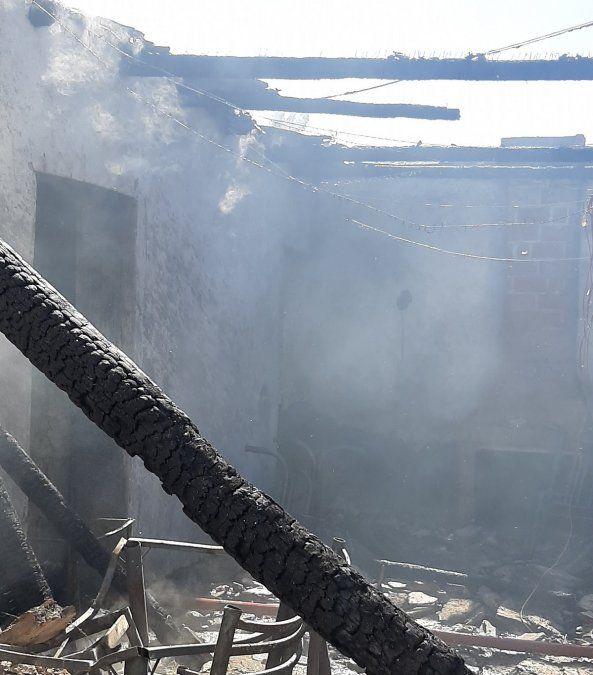 Por el techo de machimbre, ardió su casa en pocos minutos