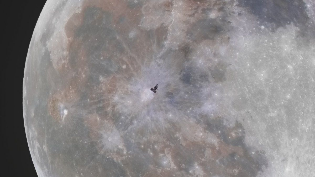 Extraña imagen muestra la Estación Espacial Internacional junto a la Luna