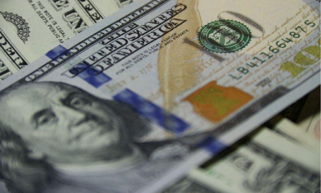 El dólar oficial cotizó a $ 93,57 y el blue se mantuvo a $151