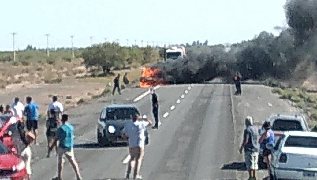 El móvil policial se incendió y los agentes lograron escapar a tiempo