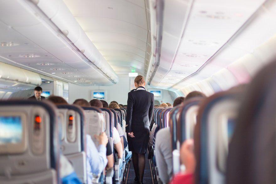 Azafata de avión reveló qué producto no deberías consumir nunca
