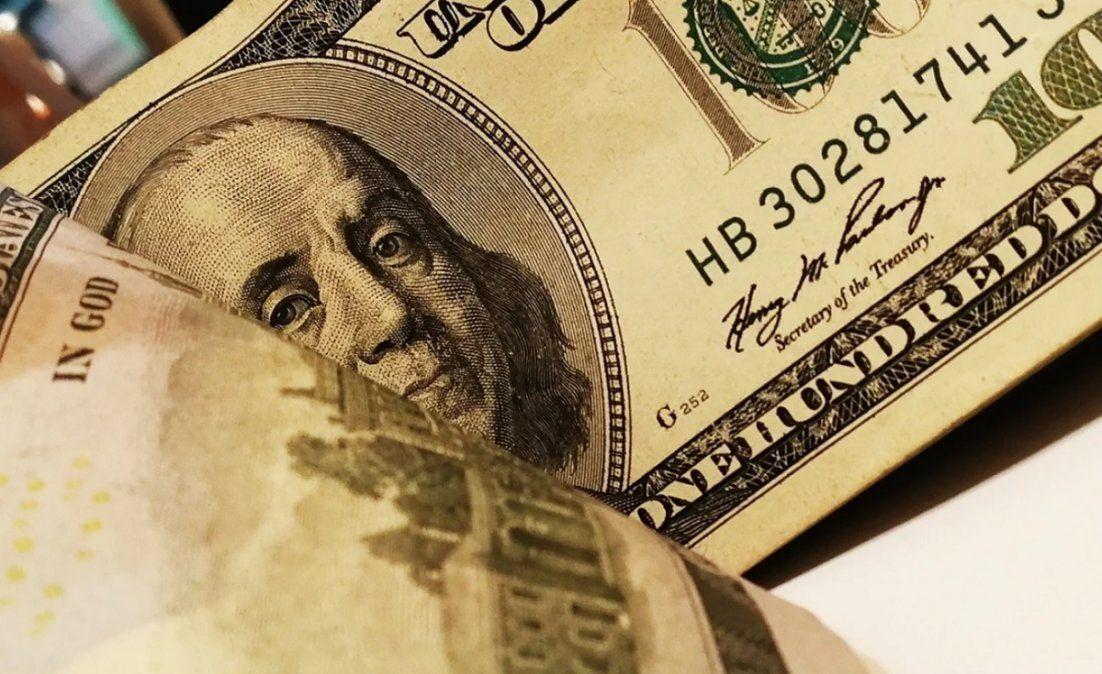 El dólar bajó 5 centavos y cerró la semana a $95
