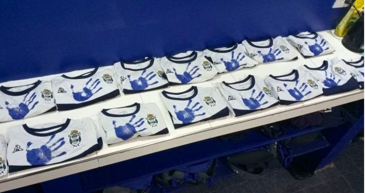 La camiseta que usó la Reserva de Gimnasia para homenajear a Carlos Timoteo Griguol. Foto: @gimnasiaoficial