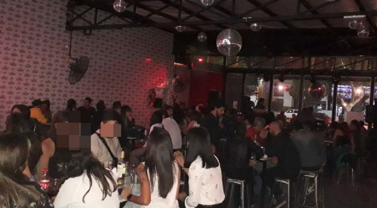 En pleno centro: dos bares abrieron sus puertas y terminaron con 12 detenidos