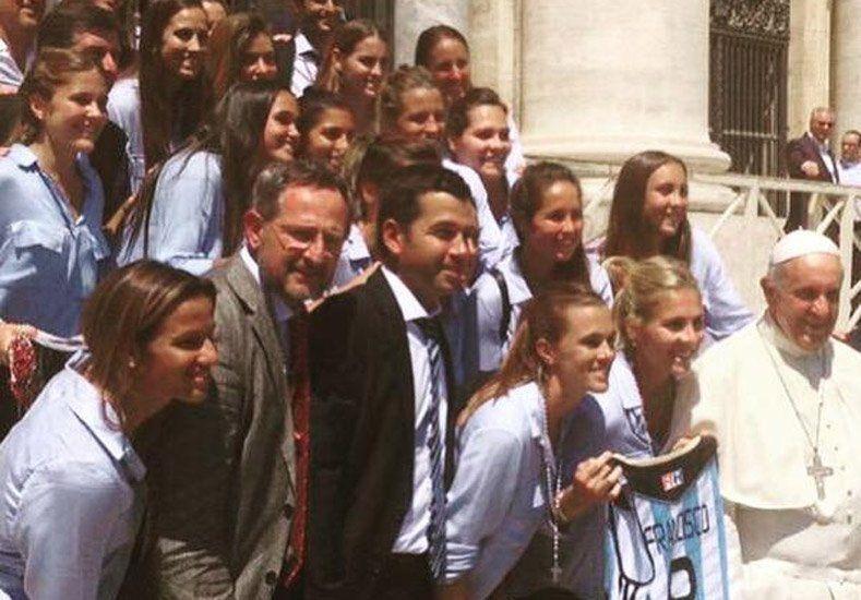 Leonas bendecidas: el Papa recibió a las chicas del hockey sobre césped