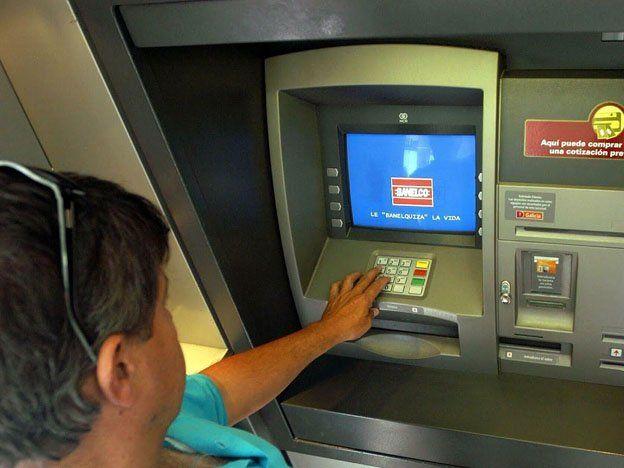 Los bancos volvieron a abrir y hubo colpaso en algunos al inicio de la jornada