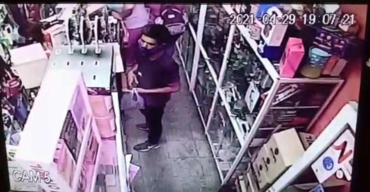 Un mechero fue captado mientras robaba en una perfumería