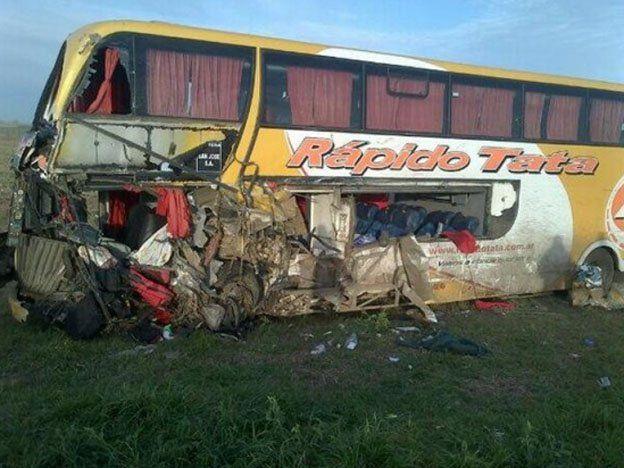 Un choque entre camiones y un micro dejó cuatro muertos