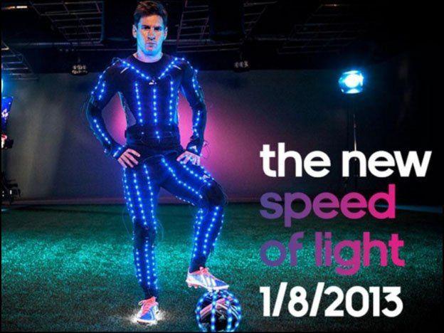 Es una luz: Messi muestra todo su talento con un traje cargado de leds