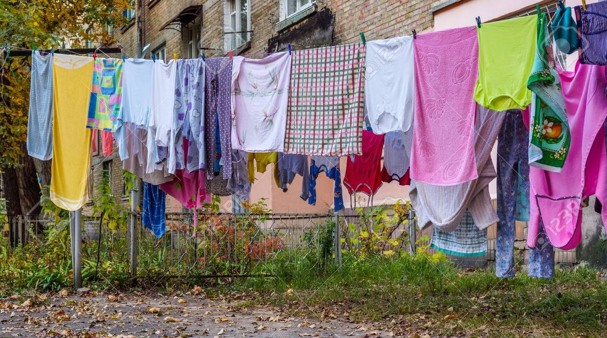 Se viralizó la forma en la que una mujer cuelga la ropa.