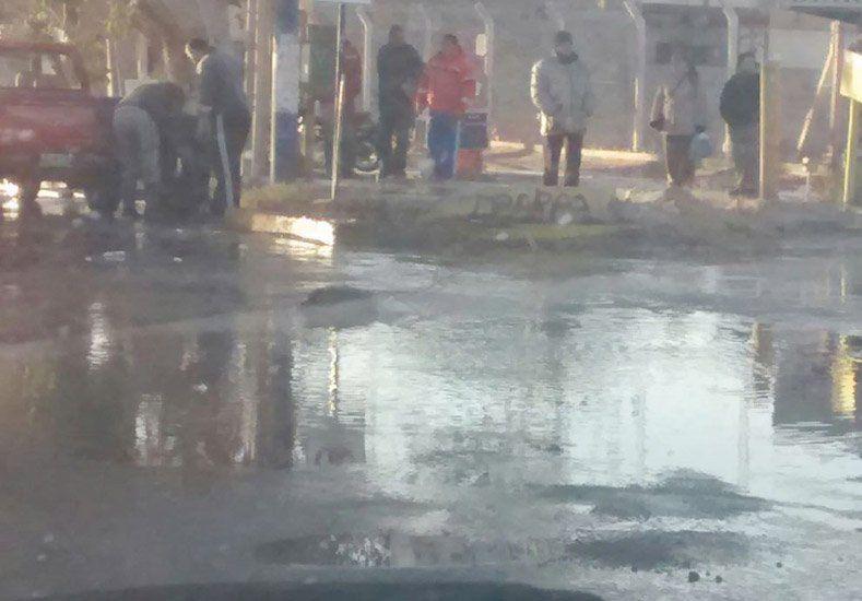 Un lector envió fotos de la caótica arteria que deben atravesar para llegar de Rivadavia a Capital