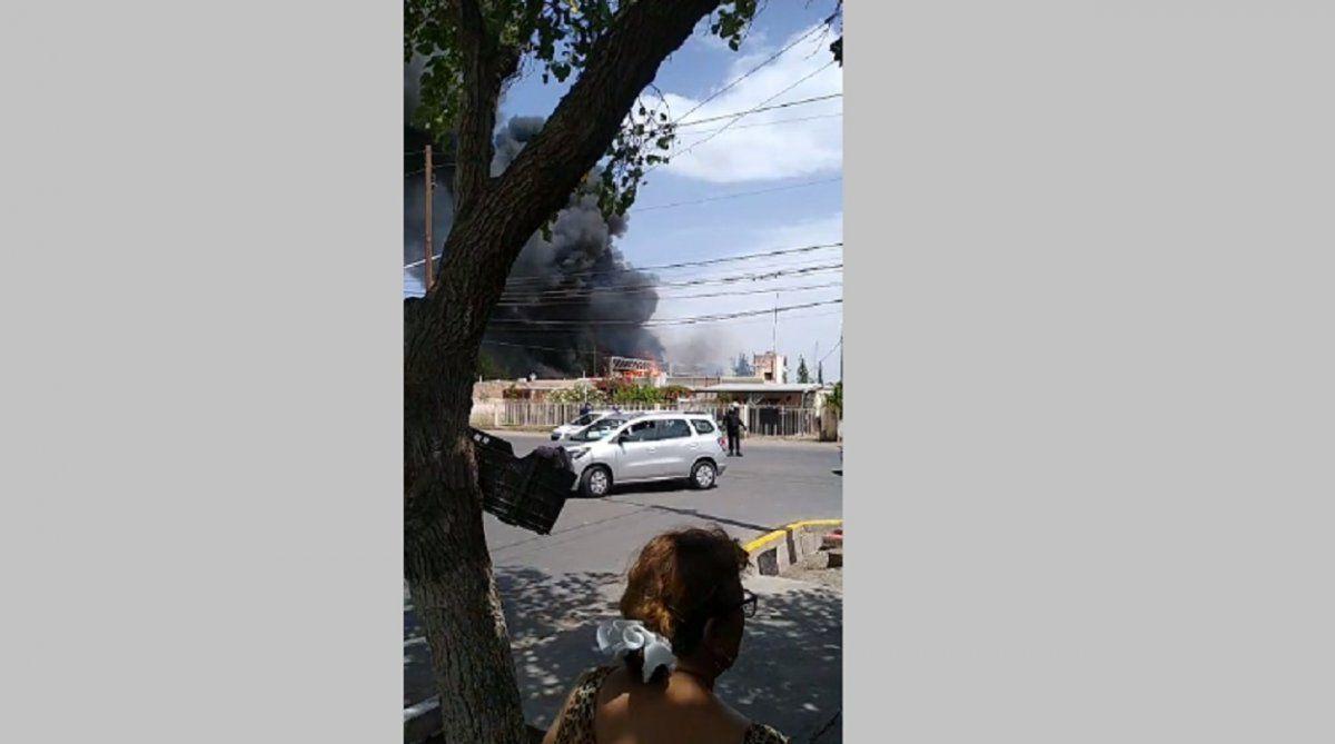 Un voraz incendio arrasó con un local comercial en Chimbas