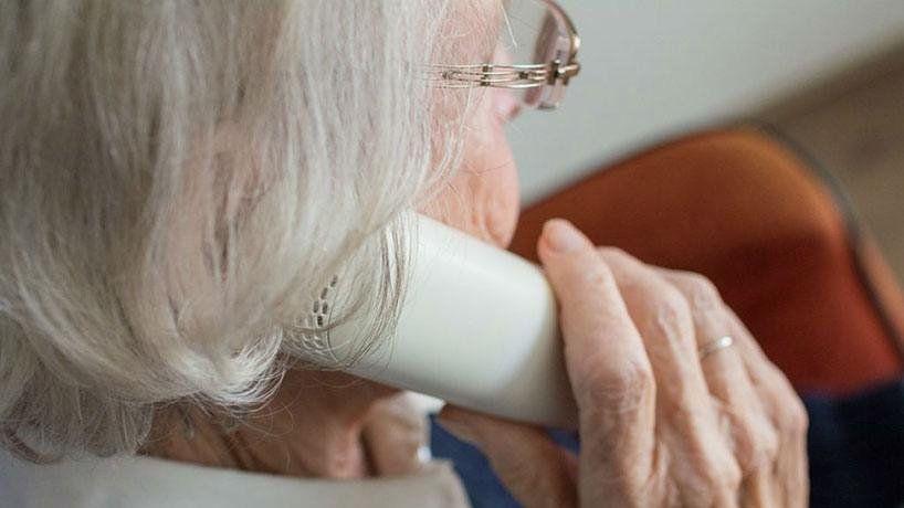Una abuela de 79 años fue engañada y entregó $700 mil a un desconocido
