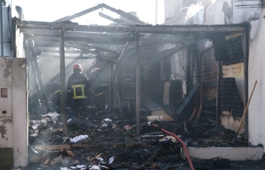 Voraz incendio en un reconocido local de venta de uniformes