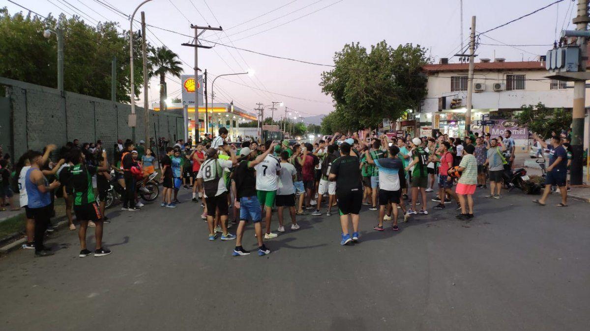 Hinchas del Verdinegro atacaron a pedradas a móviles policiales